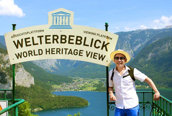 [Caption] Hình 12, 13: Anh tự hào là nghệ sỹ Việt đầu tiên có dịp được đi cáp treo lên tận đỉnh núi Alps mờ sương và đi dạo trên Skywalk để ngắm nhìn toàn cảnh hồ Hallstatt bên dưới đẹp như chốn thần tiên. Nơi đây được UNESCO công nhận là World Heritage View (di sản ngắm cảnh đẹp nhất thế giới).
