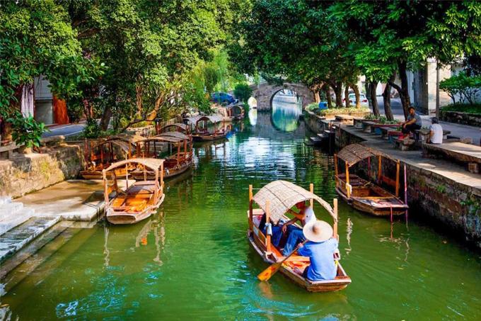 Làng cổFengjian hay còn gọi là Phùng Giản thôn nằm tại thành phố Phật Sơn, tỉnh Quảng Đông, Trung Quốc. Nơi đây lọt vào danh sách một trong những ngôi làng cổ đẹp nhất ở đất nước tỷ dân vào năm 2013-2014. Thành phố Phật Sơn nằm khá gầnHong Kong, sở hữuphim trường lớn dành cho các bộ phim xứ Cảng Thơm.