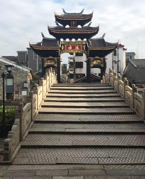 Cây cầu Kim Áo nổi tiếng nhất trong làng cũng là nơi ghi hình bộ phim Thủ nghiệp giả. Nhân vật của Mã Tuấn Vỹ ngồi trên thành cầu với dáng vẻ điển trai từng khiến nhiều fan nữ mê đắm.