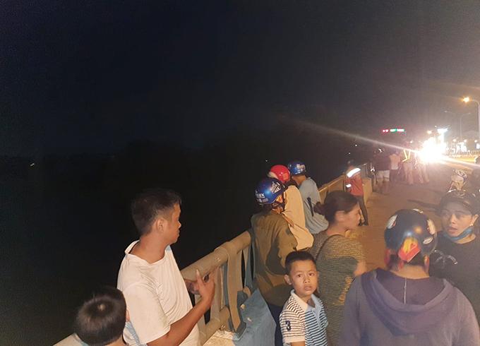 Người dân tập trung trên cầu Nghèn theo dõi sự việc. Ảnh: Hùng Lê
