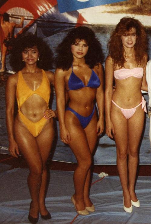 Lauren Sanchez đứng cạnh hai thí sinh khác của cuộc thi sắc đẹp địa phương.  Ảnh: Mail.