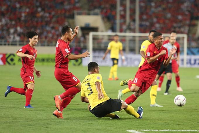 Cầu thủ Việt Nam và Malaysia tranh bóng quyết liệt ở AFF Cup 2018. Ảnh: Đương Phạm.