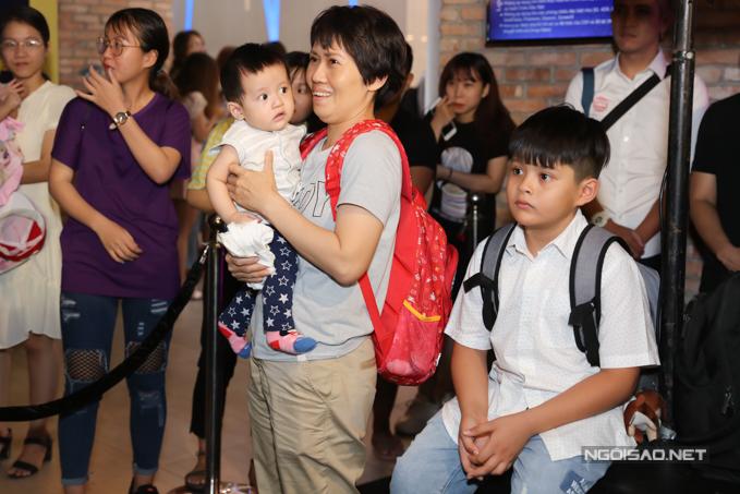 Con trai lớn Cà Phê và con trai nhỏ Tết của Thanh Thúy - Đức Thịnh được người giúp việc đưa tới dự ra mắt phim của ba mẹ.