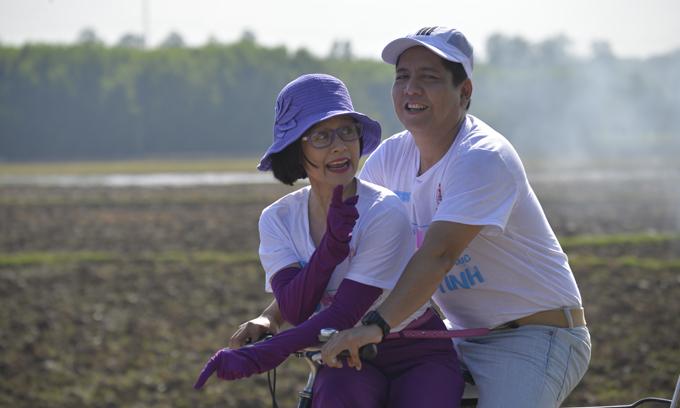 Đức Thịnh chở Thanh Thúy bằng xe đạp trên phim.