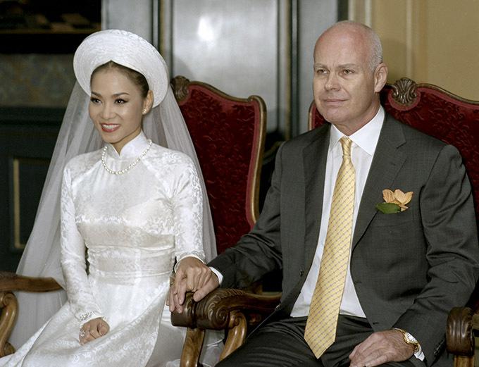 Ảnh vợ chồng Thu Minh làm lễ cưới năm 2012 ở Hà Lan.