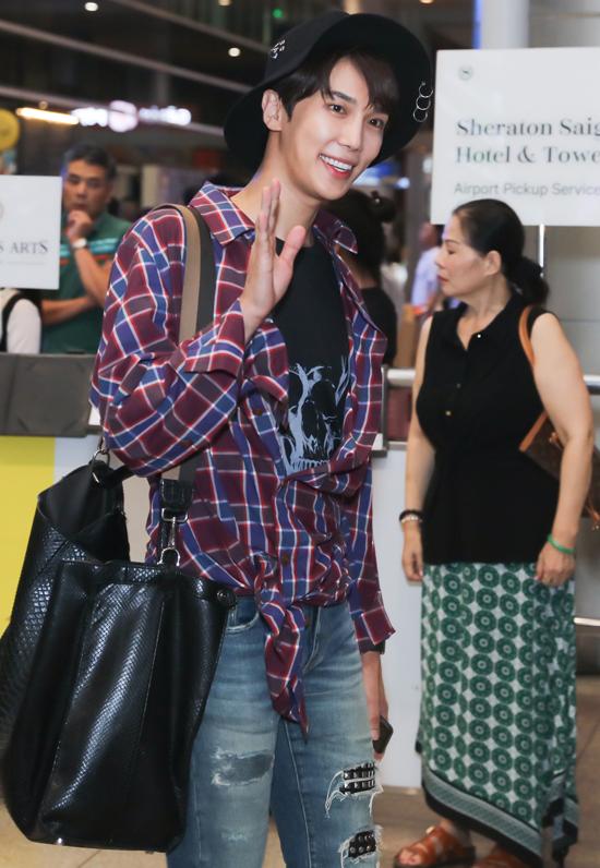 [Caption]  Nam ca sĩ diện trang phục năng động với áo phông, quần jean với áo sơ mi khoác ngoài. Dù trải qua chuyến bay khá dài, cựu thành viên nhóm nhạc SS501 vẫn tỏ ra khá rạng rỡ, thoải mái.