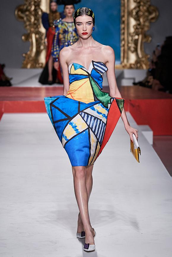 Là một nam thiết kế người Mỹ nhưng Jeremy Scott lại làm nên điều kỳ diệu cho nhà mốt Italy. Anh khiến người  sáng lập Franco Moschino tự hào vì những sáng tạo độc đáo, đậm dấu ấn thương hiệu.