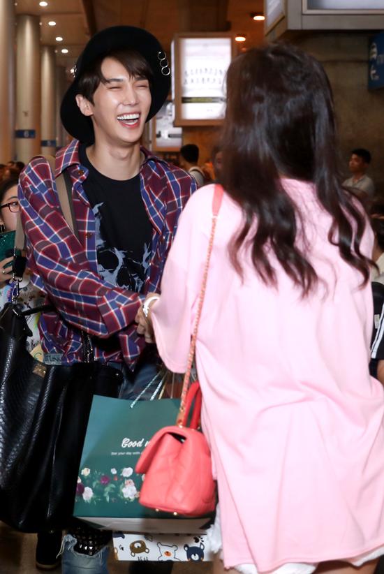 Cựu thành viên nhóm nhạc SS501 cười tít mắt khi trông thấy Hari Won.