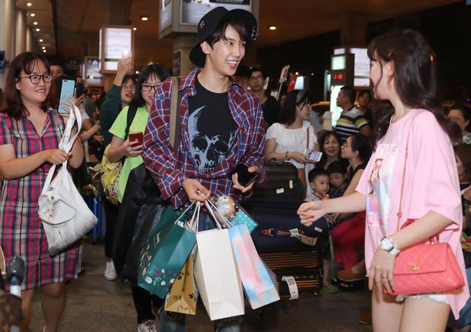 Chàng diễn viên Hàn Quốc được khán giả tuổi teen tặng rất nhiều quà.