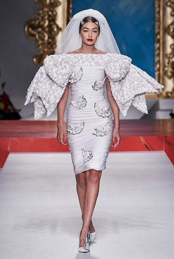 Gigi Hadid đảm nhận vai trò vedette. Cô xuất hiện cuối cùng trong thiết kế váy cưới hiện đại, cách điệu từ hình tượng chiếc nơ 3D khổng lồ.