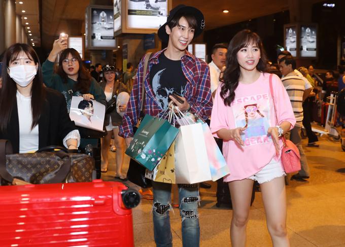 Hari Won diện quần short ngắn cũn, áo thun dáng rộng đi đón Park Jung Min.