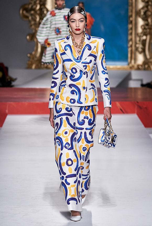 Trước đó, nàng siêu mẫu thế hệ mới trình diễn bộ suit dáng suông in hoạ tiết sinh động, xách túi hộp nhỏ nhắn  ton-sur-ton.