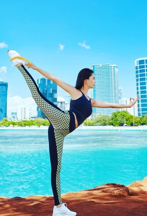 Trên trang cá nhân, Clara thường chia sẻ loạt ảnh tập yoga, hướng dẫn fan các động tác cơ bản của bộ môn này.