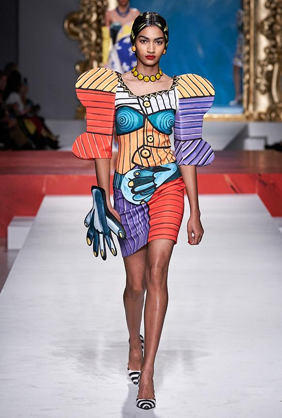 Giới thiệu bộ sưu tập Moschino Xuân hè 2020, giám đốc sáng tạo Jeremy Scott một lần nữa khuấy động Milan Fashion Week với tinh thần vui tươi, trẻ trung.