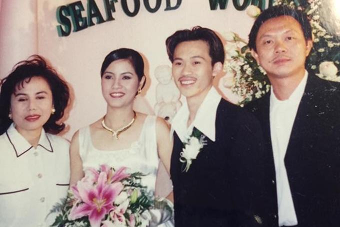 Bức ảnh cưới tại Mỹ ít người biết của nghệ sĩ Hoài Linh được MC Nguyễn Cao Kỳ Duyên chia sẻ lại vào năm 2016. Nghệ sĩ Ngọc Giàu làm chủ hôn, danh ca Thanh Tuyền (bìa trái) và diễn viên Chí Tài (bìa phải) đến chung vui với danh hài. Đến nay, Hoài Linh không tiết lộ thông tin về đời sống hôn nhân.