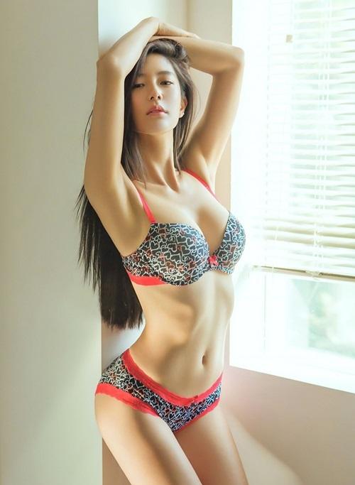 Cô được mệnh danh là Bom sex xứ Hàn hay Cô đào nóng bỏng vì theo đuổi phong cách sexy, thậm chí chấp nhận đóng cảnh nóng, khoe thân.