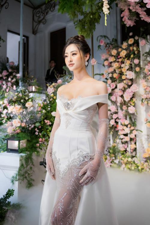 Trong sự kiện khai trương tối 20/9, Hoa hậu Thế giới người Việt Lương Thùy Linh đã trình diễn một mẫu đầm cưới thuộc bộ sưu tập mới nhất củaNTK Phạm Đăng Anh Thư. Bộ đầm được thực hiện cầu kỳ, tinh xảo và được đính 1 viên kim cương 18K, có giá trị hàng triệu USD nơi ngực áo.