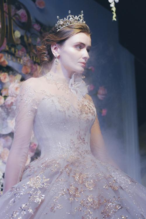 Bộ cánh do người mẫu trình diễn như được dát vàng, giúp cô dâu hóa thân thành nàng tiên trong chuyện cổ tích.