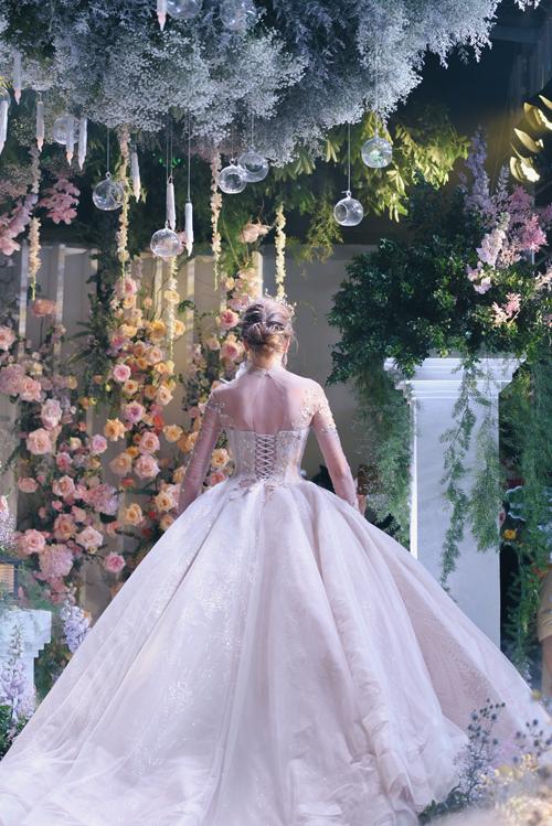 Phom dáng váy xòe phồng khi được kết hợp với tùng, tạo ấn tượng khó phai tới khách mời khi cô dâu xuất hiện tại tiệc cưới.