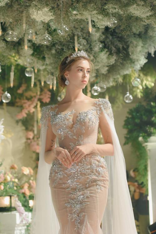 Váy mang phom dáng đuôi cá, giúp cô dâu phô diễn nét đẹp hình thể.