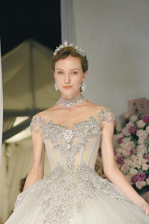 Mẫu đầm cuối cùng được điểm hạt đá lấp lánh, dựng gọng corset giúp nhấn nơi vòng eo thon nhỏ của cô dâu.