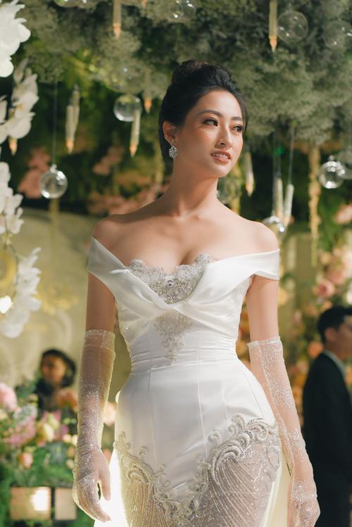 Chia sẻ về sự kết hợp giữa váy cưới và trang sức, NTK Anh Thư nói:Kim cương tượng trưng cho sự vĩnh cửu của tình yêu. Vì thế, tôi nghĩ không có gì tốt hơn, hoàn hảo hơn là một viên kim cương được đính lên váy cưới, có ý nghĩa biểu trưngcho sự hạnh phúc lâu dài của cuộc đời. Thiết kế mang đậm dấu ấn cá nhân của Anh Thư bởi đường nét cầu kỳ, sự lấp lánh từ chất liệu.