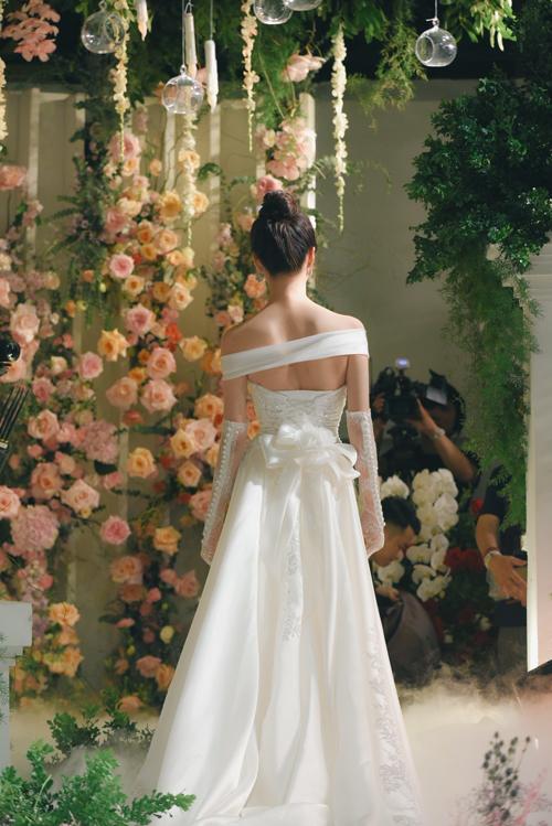 Mặt lưng váy được điểm nơ, giúp từng bước đi của cô dâu trở nên yêu kiều.