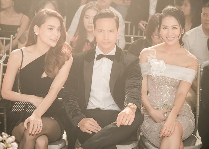 Hoa hậu Dương Thùy Linh ngồi kế bên Kim Lý. Cô cũng có mặt từ sớm và ngồi hàng ghế đầu khi theo dõi bộ sưu tập mới của nhà thiết kế Anh Thư.