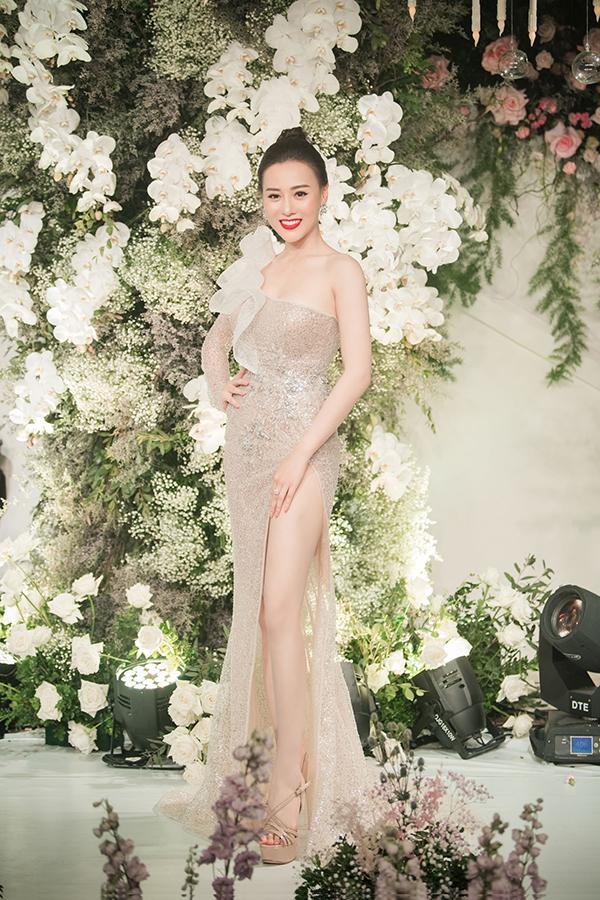 Phương Oanh Quỳnh búp bê khoe chân dài với thiết kế cắt xẻ đính kim sa.