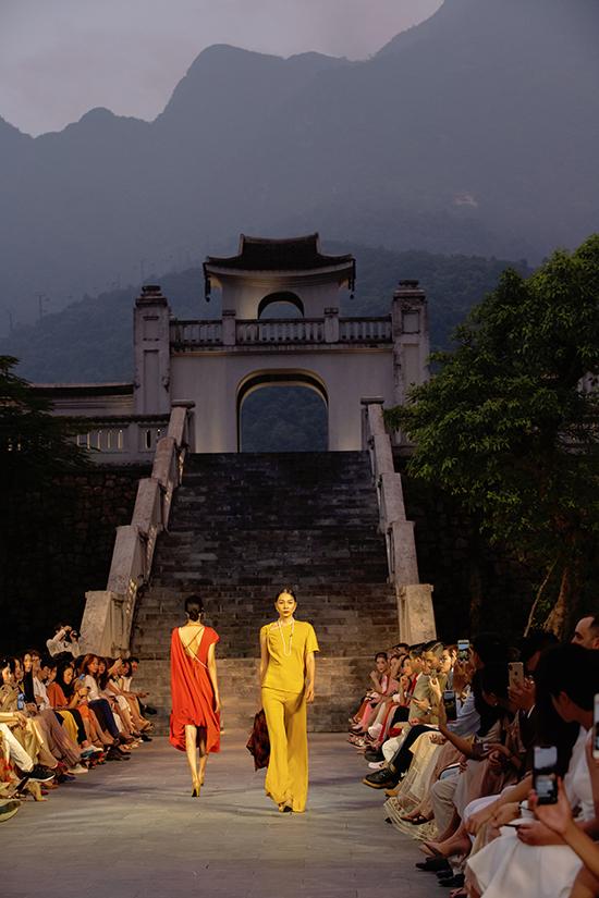 Bộ sưu tập Thu Đông 2019 của Adrian Anh Tuấnđược trình diễn tạiLegacy Yên Tử - một resort 5 sao nằm trong thung lũng dưới chân ngọn núi Yên Tử.