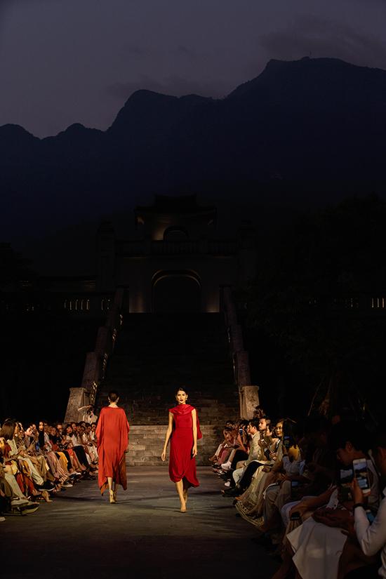 Bộ sưu tập Yên của Adiran Anh Tuấn nhận được nhiều lời khen ngợi từ khán giả có mặt tại chương trình.