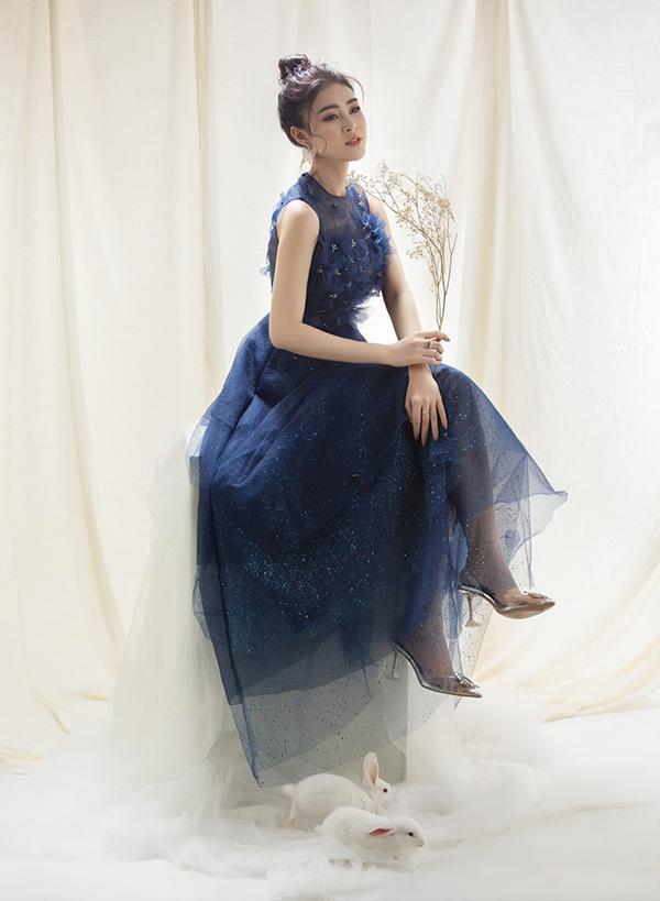Cô hoàn thiện phong cách công chúa bằng giày cao gót trong suốt đính pha lê lấp lánh.
