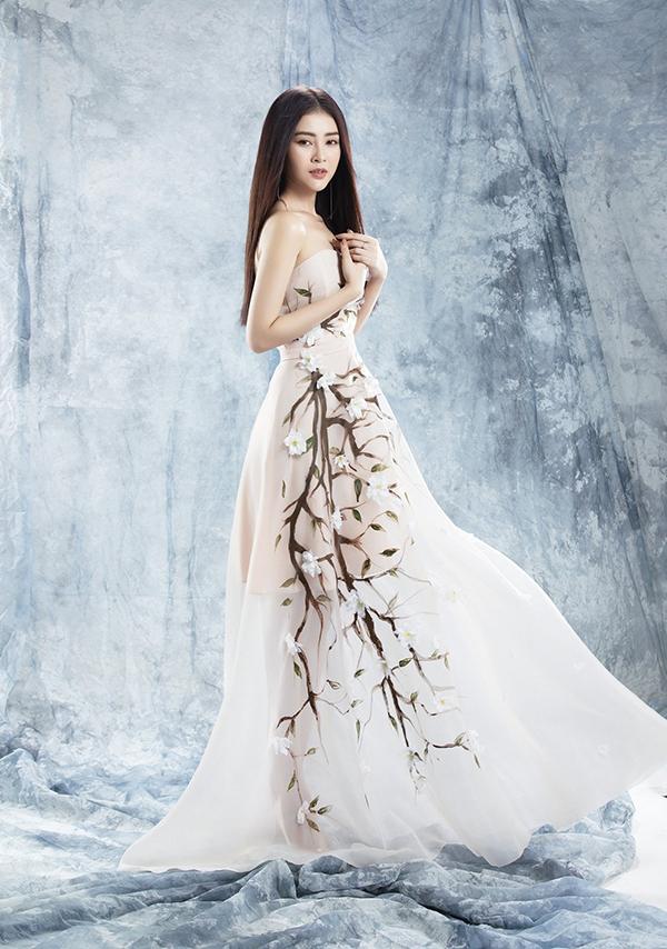Tạo hình cây gắn hoa 3D khiến bộ trang phục thêm ấn tượng.
