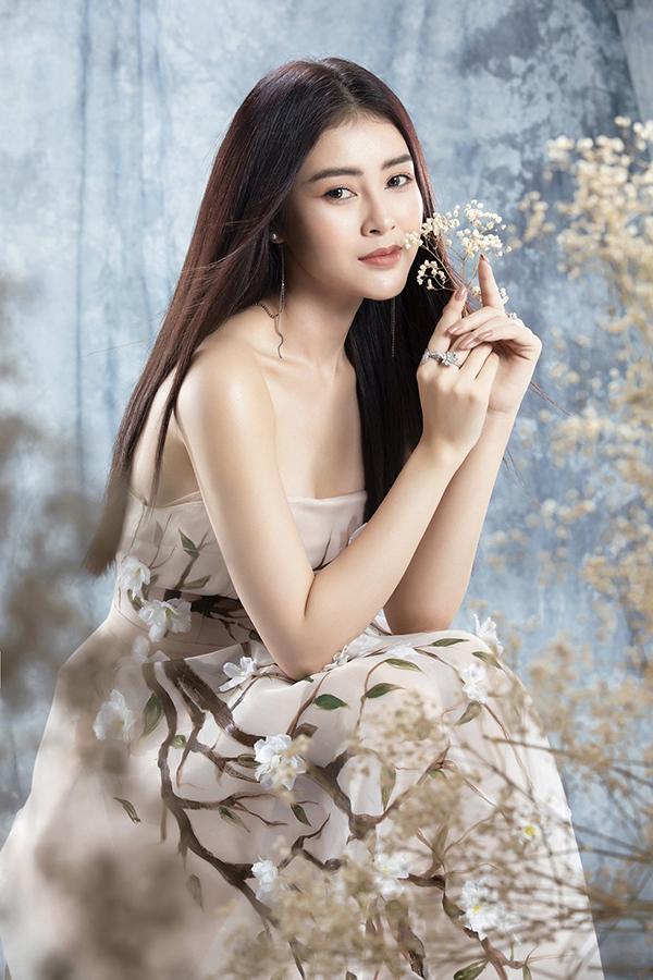 Lý Kim Thảo khoe nét dịu dạng khi diện váy cúp ngực đính hoa 3D nhạt màu. Người đẹp để tóc thẳng, trang điểm nhạt để tôn lên nét thanh tú trên gương mặt ở tuổi 24.