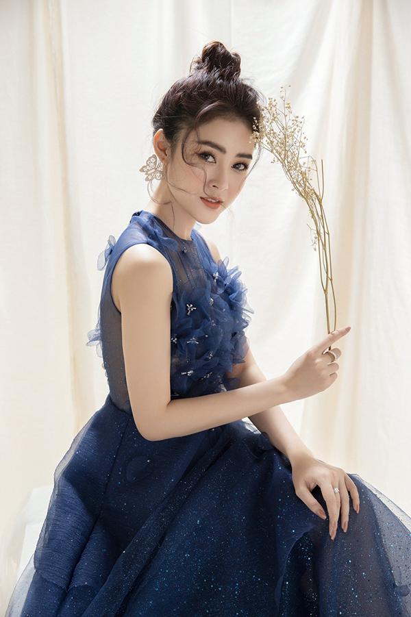 Với những chiếc váy xòe đính hoa 3D cầu kỳ toàn bộ phần ngực, Lý Kim Thảo chọn kiểu tóc búi gọn gàng để phô diễn tối đa vẻ đẹp của thiết kế.