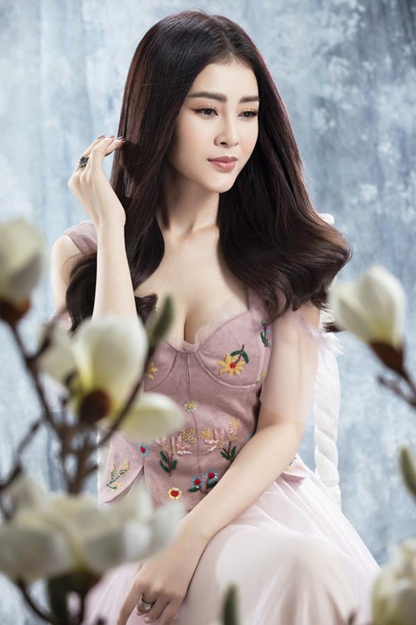 Lý Kim Thảo khéo léo khoe vòng một đầy đặn với váy lấy cảm hứng từ corset. Phần thân trên trở nên nổi bật với các họa tiết thêu tay.