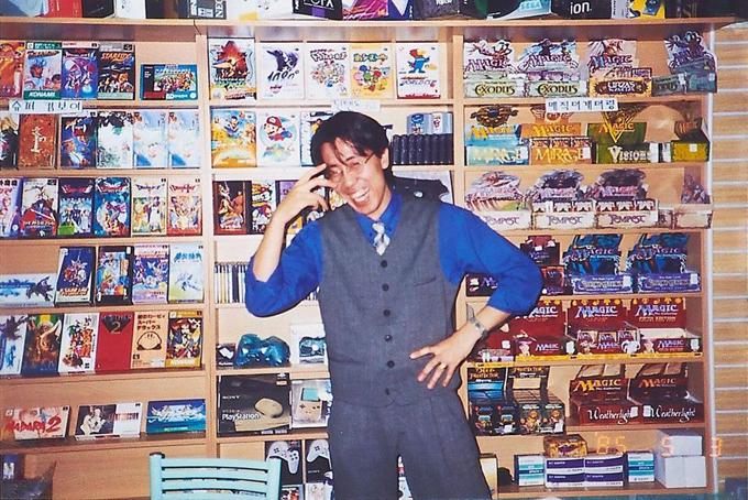 Bức ảnh chụp khi Kim Jung-woong mới 18 tuổi vàonăm 1993 tại cửa hàng bán đĩa và máy chơi game của anh. Ảnh: Forbes.