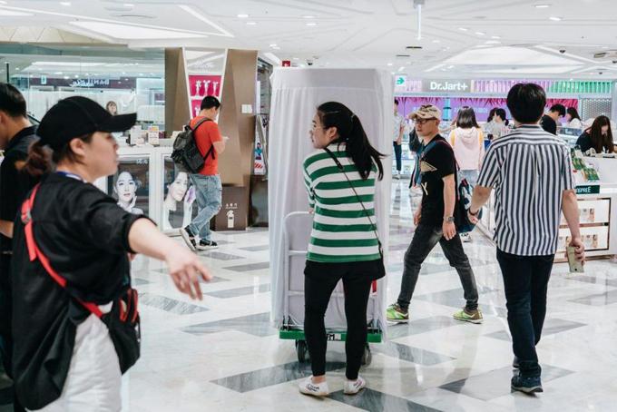 Một khách hàng Trung Quốc (áo kẻ xanh)đẩy xe mặt nạ JM Solution mua tại cửa hàng miễn thuế Lotte Duty Free, Hàn Quốc. Ảnh: Forbes.