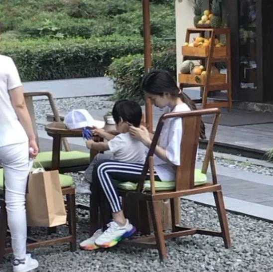 Angelababy thời gian này bận rộn ghi hình show thực tế, cô vừa từ Thượng Hải trở về Thành Đô để đưa con đi chơi.