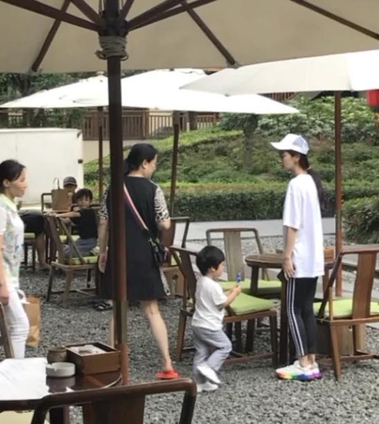 Angelababy cùng con trai Tiểu Bọt Biển xuất hiện tại một khu nghỉ ở Thành Đô. Hơn 2 tuổi, em bé tròn trịa, cao vượt trội so với tuổi, gương mặt rất xinh và bụ bẫm. Trong khi đó, Angelababy để mặt mộc, cô mặc đồ ở nhà thoải mái, đi giày thể thao.