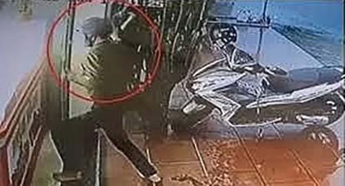 Hình ảnh tên cướp xông vào hiệu vàng bị camera an ninh ghi lại.