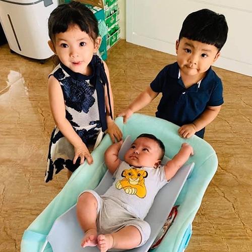 Chia sẻ khoảnh khắc của ba con, ca sĩ Hải Băng tiết lộ: Mặt hai đứa lớn ủ mưu tính làm gì thằng nhỏ mà bị phát hiện. Con trai thứ 3 mới sinh của nhà Hải Băng - Thành Đạt được khen bụ bẫm, đáng yêu.