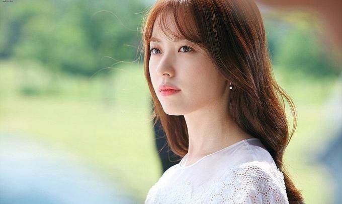 Han Hyo Joo là một trong những sao Hàn có kiểu make-up mỏng nhẹ, đơn giản, dễ học hỏi cho các chị em văn phòng. Cô thường kẻ mắt mỏng, tự nhiên, kết hợp cùng lớp nền căng bóng và son môi màu hồng cam nữ tính.