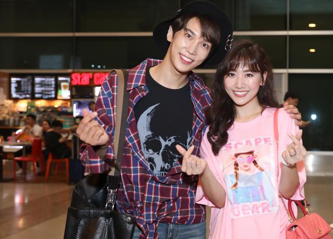 Cặp đôi của phim Oppa, phiền quá nha thân thiết bắn tim, chụp ảnh chung ở sân bay.