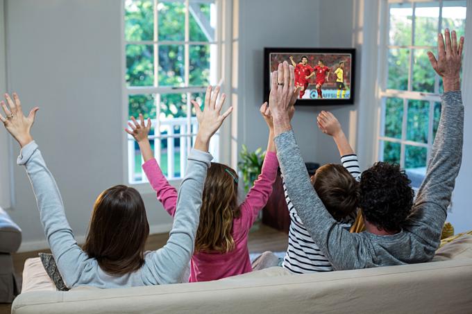 Cả gia đình cùng hào hứng xem bóng đá là những khoảnh khắc tuyệt vời nhất.