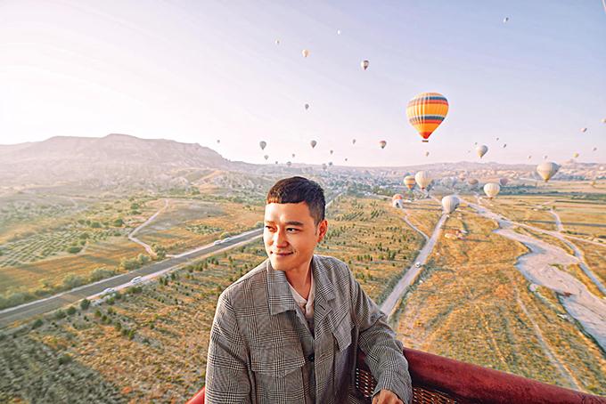 Hoàng tử sơn ca Quang Vinh được trải nghiệm bay kinh khí cầu tại lãnh địa Cappadocia, Turkey, Thổ Nhĩ Kỳ. Nam ca sĩ cho biết cảm giác vẫn còn như mơ, không thể nào quên được khi ngắm bình minh từ trên cao, lại còn chụp quá nhiều ảnh đẹp.