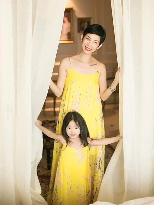 Siêu mẫu Xuân Lan và con gái.