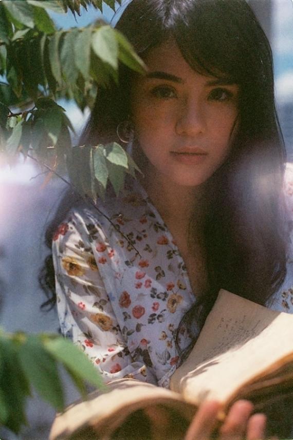 Thái Trinh làm mẫu ảnh dưới ống kính của bạn bè trong một dịp rảnh rỗi.