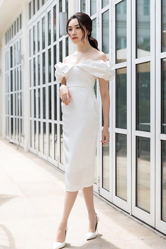 Thanh Thanh Huyền mặc ton-sur-ton trắng khoe nhan sắc xinh tươi, gợi cảm.