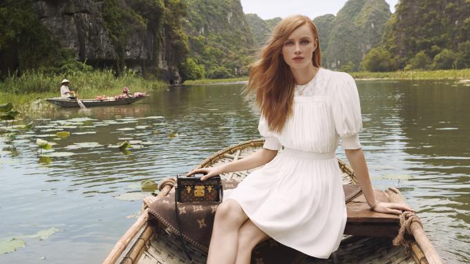 Trong chiến dịch quảng cáo Art of Travel cho bộ sưu tập vừa mới ra mắt, Louis Vuitton đã làm nên một cuốn nhật ký du lịch sáng tạo, hớp hồn người xem bằng những phân cảnh đẹp mắt đầy tính nghệ thuật. Điều thú vị nhất, Việt Nam là nơi được lựa chọn để làm nên những thước phim ấn tượng của thương hiệu nổi tiếng khắp toàn cầu này.